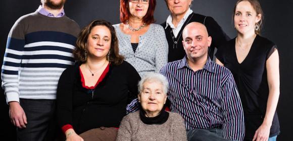 Toute la famille rassemblée autour de Grand-Mère